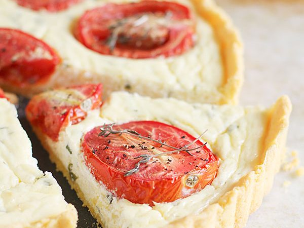 This Polenta Crust Tomato Tart is a tart with a cornmeal crust that is filled with a creamy filling and topped with roasted tomatoes.