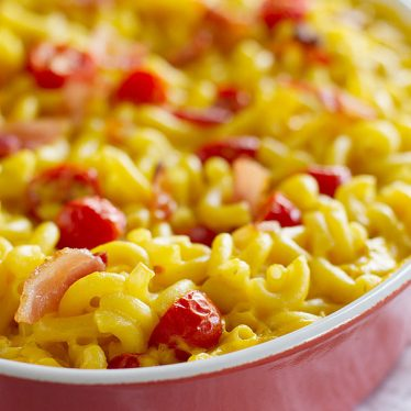baked mac and cheese with bacon and tomatoes