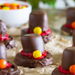 Looking for a fun edible decoration for your Thanksgiving table? These Pilgrim's Hat Rice Krispies are a fun way to bring a tasty treat to your table.