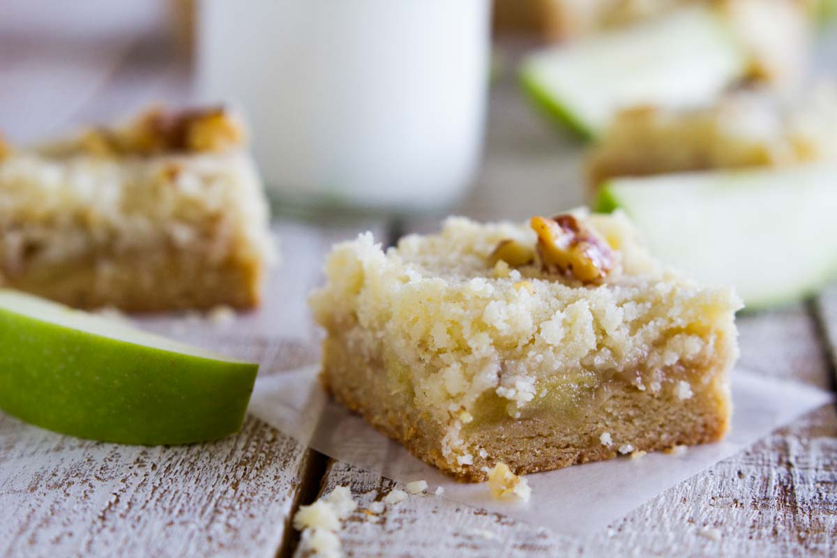 Apple bar with crumb topping with apple slices
